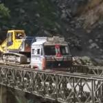Мост вместе с грузовиком рухнул в ущелье в Индии (видео)
